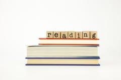Palabra de la lectura en sellos y libros de madera Fotografía de archivo libre de regalías