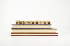 Palabra de la lengua de Norwegain en sellos y libros de madera Fotos de archivo libres de regalías