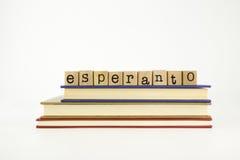 Palabra de la lengua del esperanto en sellos y libros de madera Fotos de archivo libres de regalías