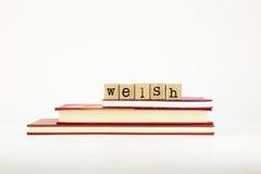 Palabra de la lengua Galés en sellos y libros de madera Imagenes de archivo