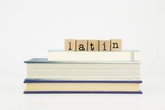 Palabra de la lengua latina en sellos y libros de madera Fotos de archivo