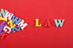 Palabra de la LEY en el fondo rojo compuesto de letras de madera del ABC del bloque colorido del alfabeto, espacio de la copia pa Fotografía de archivo