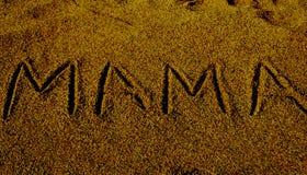 Palabra de la mamá exhibida en superficie de la arena imagen de archivo libre de regalías