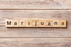 Palabra de la marijuana escrita en el bloque de madera Texto en la tabla, concepto de la marijuana foto de archivo libre de regalías