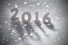 Palabra 2016 de la Navidad blanca en la nieve, copos de nieve Fotos de archivo