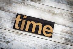 Palabra de la prensa de copiar del tiempo en fondo de madera Imágenes de archivo libres de regalías