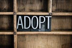 Palabra de la prensa de copiar del metal del concepto de la adopción en cajón Fotos de archivo