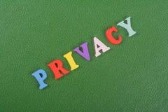 Palabra de la PRIVACIDAD en el fondo verde compuesto de letras de madera del ABC del bloque colorido del alfabeto, espacio de la  Imágenes de archivo libres de regalías