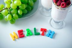 Palabra de la salud compuesta de letras con los imanes foto de archivo