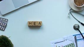 Palabra de la salud hecha de cubos en la tabla, la diagnosis y el tratamiento de los doctores de la enfermedad almacen de video
