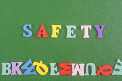 Palabra de la SEGURIDAD en el fondo verde compuesto de letras de madera del ABC del bloque colorido del alfabeto, espacio de la c Fotos de archivo libres de regalías