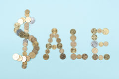 Palabra de la venta en el fondo azul compuesto de letras de madera del ABC del bloque colorido del alfabeto, espacio de la copia  Fotos de archivo