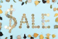 Palabra de la venta en el fondo azul compuesto de letras de madera del ABC del bloque colorido del alfabeto, espacio de la copia  Imagen de archivo