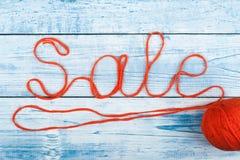 Palabra de la venta en el fondo de madera compuesto de letras de madera del ABC del bloque colorido del alfabeto, espacio de la c Imagen de archivo libre de regalías
