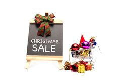 Palabra de la venta de la Navidad en la pizarra con la bola y la decoración de la Navidad del ornamento fotos de archivo