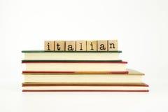 Palabra de lengua italiana en sellos y libros de madera Imagen de archivo libre de regalías