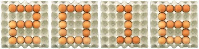 palabra 2016 de los huevos en la bandeja del papel Foto de archivo libre de regalías