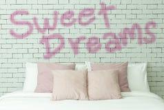 Palabra de los sueños dulces en el fondo blanco de pared de ladrillos Foto de archivo libre de regalías