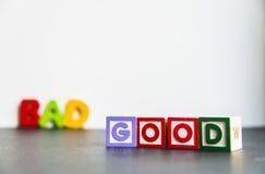 Palabra de madera colorida buena y mala con background1 blanco Fotografía de archivo libre de regalías
