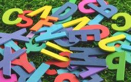 Palabra de madera colorida del alfabeto imagenes de archivo