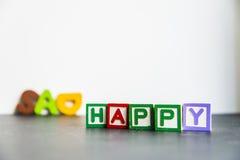 Palabra de madera colorida feliz y triste con background1 blanco Foto de archivo libre de regalías