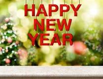 Palabra de madera roja de la Feliz Año Nuevo que cuelga sobre la sobremesa de mármol con Fotografía de archivo libre de regalías