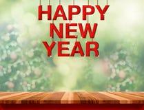 Palabra de madera roja de la Feliz Año Nuevo que cuelga sobre la sobremesa de mármol con Imágenes de archivo libres de regalías