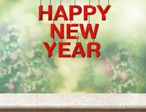 Palabra de madera roja de la Feliz Año Nuevo que cuelga sobre la sobremesa de mármol con Imagen de archivo libre de regalías