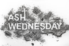 Palabra de miércoles de ceniza escrita en símbolo cruzado de la ceniza y del cristiano Fotos de archivo libres de regalías