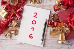 Palabra del Año Nuevo en la caja del cuaderno y de regalo de la Navidad con las decoraciones Imagenes de archivo