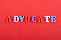 Palabra del ABOGADO en el fondo rojo compuesto de letras de madera del ABC del bloque colorido del alfabeto, espacio de la copia  Fotos de archivo