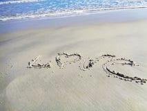 Palabra del amor de las tarjetas del día de San Valentín en la playa Fotografía de archivo