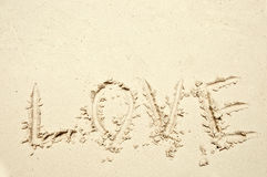 Palabra del amor deletreada en la arena imagen de archivo libre de regalías