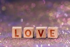 Palabra del amor en los cubos de madera fotos de archivo libres de regalías