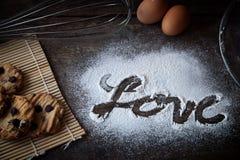 Palabra del amor escrita en la harina Imagen de archivo libre de regalías