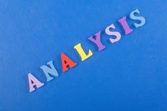 Palabra del ANÁLISIS en el fondo azul compuesto de letras de madera del ABC del bloque colorido del alfabeto, espacio de la copia Fotos de archivo