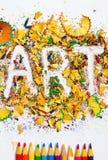 Palabra del ARTE en el fondo de virutas coloreadas Fotos de archivo libres de regalías