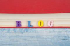Palabra del BLOG en el fondo azul compuesto de letras de madera del ABC del bloque colorido del alfabeto, espacio de la copia par Fotos de archivo libres de regalías