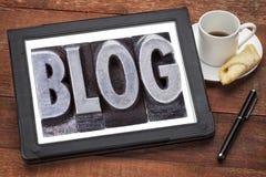 Palabra del blog en la tableta digital Imágenes de archivo libres de regalías