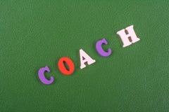 Palabra del COCHE en el fondo verde compuesto de letras de madera del ABC del bloque colorido del alfabeto, espacio de la copia p Fotos de archivo