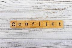Palabra del CONFLICTO hecha con concepto de madera de los bloques imagenes de archivo