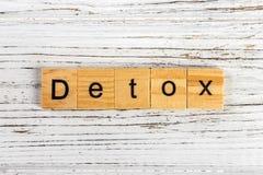 Palabra del Detox hecha con concepto de madera de los bloques fotografía de archivo