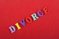 Palabra del DIVORCIO en el fondo rojo compuesto de letras de madera del ABC del bloque colorido del alfabeto, espacio de la copia Imagenes de archivo