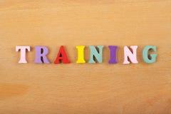 Palabra del ENTRENAMIENTO en el fondo de madera compuesto de letras de madera del ABC del bloque colorido del alfabeto, espacio d Foto de archivo