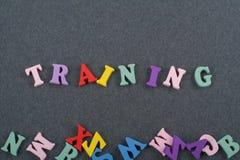 Palabra del ENTRENAMIENTO en el fondo negro compuesto de letras de madera del ABC del bloque colorido del alfabeto, espacio del t Fotografía de archivo libre de regalías