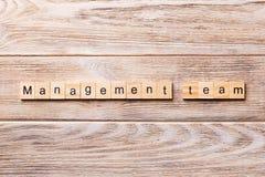 Palabra del equipo de Managament escrita en el bloque de madera texto del equipo del managament en la tabla de madera para su des imágenes de archivo libres de regalías