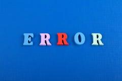 Palabra del ERROR en el fondo azul compuesto de letras de madera del ABC del bloque colorido del alfabeto, espacio de la copia pa Fotografía de archivo