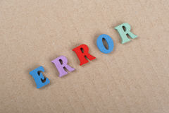 Palabra del ERROR en el fondo de papel compuesto de letras de madera del ABC del bloque colorido del alfabeto, espacio de la copi Fotos de archivo libres de regalías