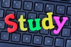 Palabra del estudio en el teclado de ordenador Fotos de archivo