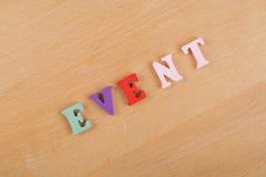 Palabra del EVENTO en el fondo de madera compuesto de letras de madera del ABC del bloque colorido del alfabeto, espacio de la co Imagen de archivo